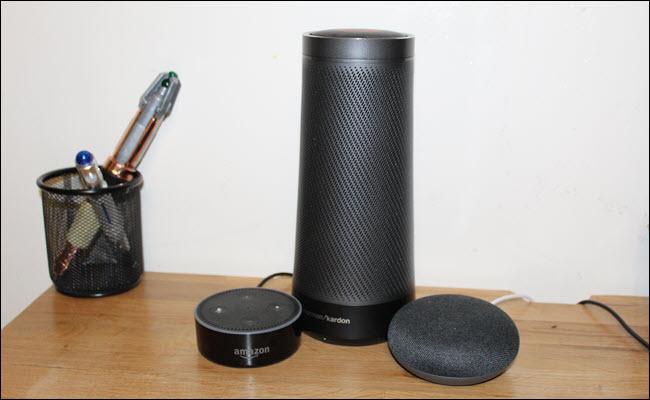 Um Amazon Echo, Google Home Mini e Harmon Kardon Invoke (alto-falante Cortana)