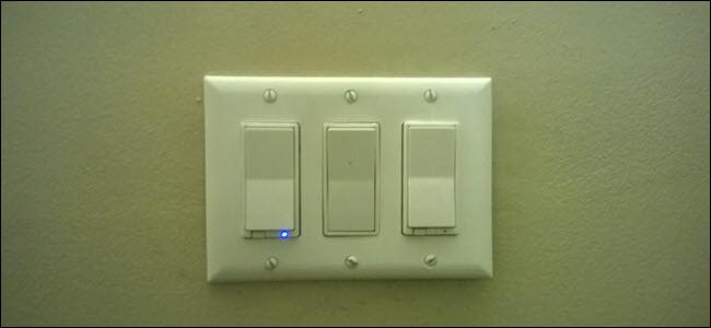 Dois interruptores inteligentes e um seletor de paddle padrão entre eles.