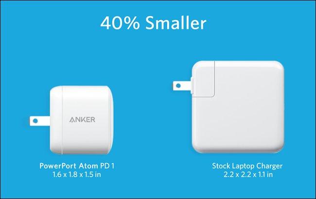 O Anker PowerPort Atom PD 1 ao lado do carregador de laptop de estoque maior.