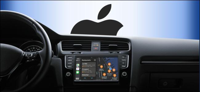 Um painel do CarPlay Infotainment em um carro com o logotipo da Apple na janela.