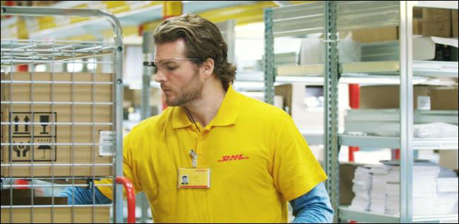 homem estocando prateleiras de armazém e usando Google Glass