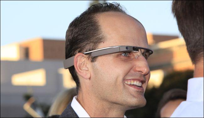 homem usando Google Glass