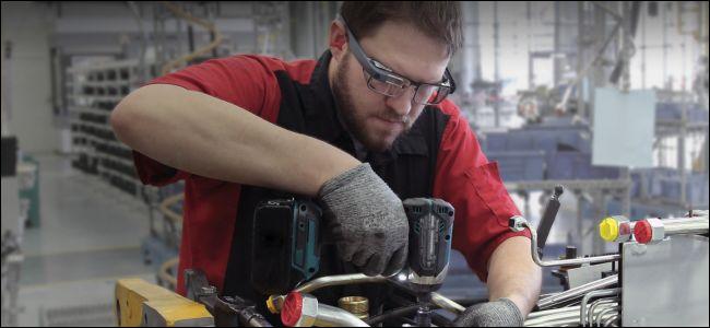 homem usando furadeira e usando Google Glass
