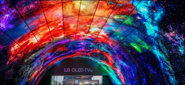 Uma tela suspensa de TVs LG OLED curvas.