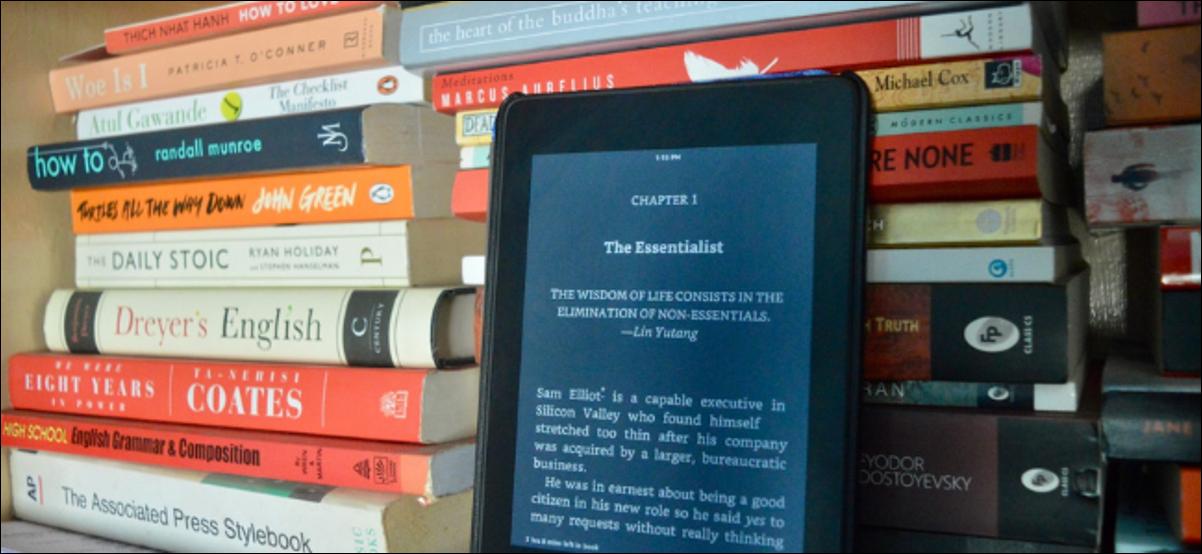 Livro de leitura do usuário do Kindle no modo escuro