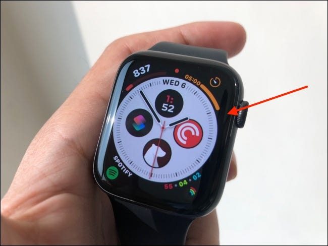 Toque e segure mostrador do relógio para entrar no modo de edição