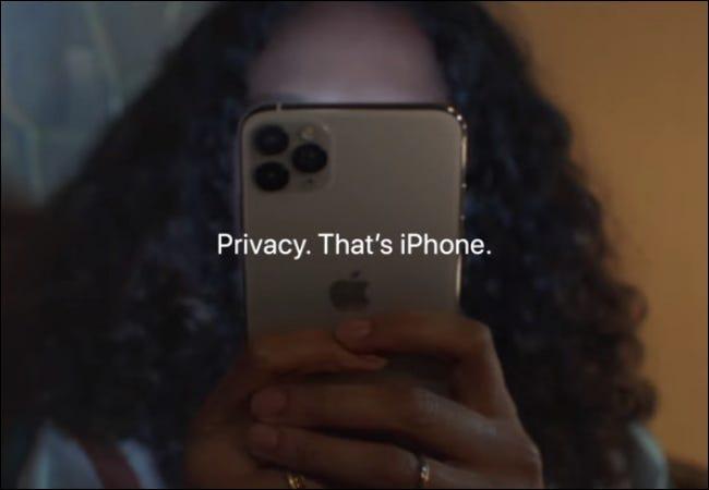 Mulher segurando a privacidade do iPhone
