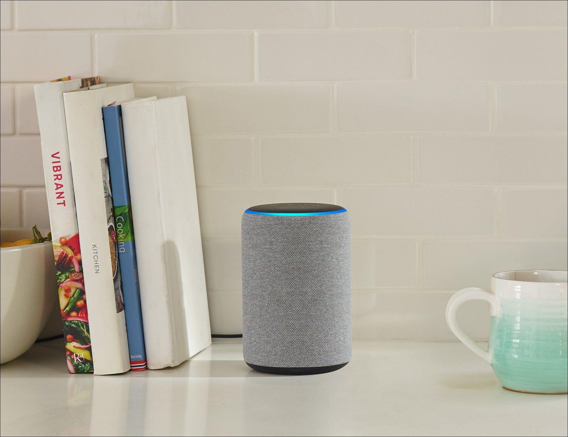 Echo Plus no balcão com livros e uma caneca de café