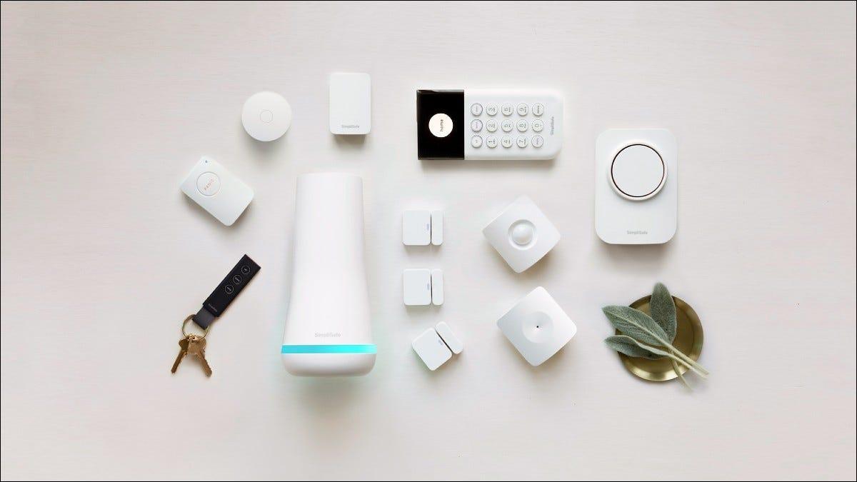 Componentes SimpliSafe em fundo branco