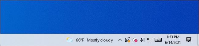 O widget de notícias e interesses embaçado na barra de tarefas do Windows 10.