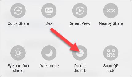 """Deslize de cima para baixo na tela duas vezes e localize o botão de alternância """"Não perturbe""""."""