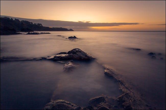 nascer do sol sobre as rochas